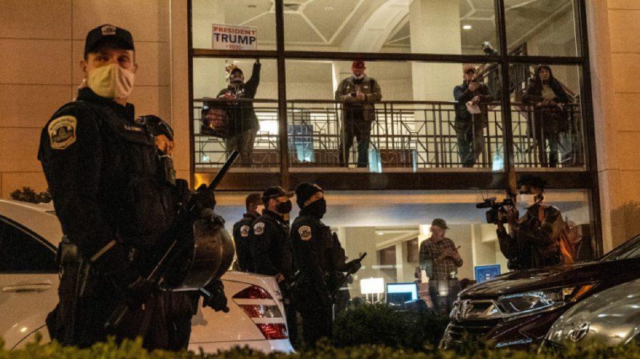 Anarhie la Washington! Susținătorii lui Trump au pătruns forțat în Capitoliu. Unele clădiri, evacuate în urma unor alerte cu bombă