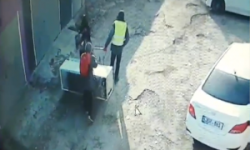 Uite-i cum fură un frigider ziua în amiaza mare! Imaginile suprinse de o cameră de supraveghere (VIDEO)