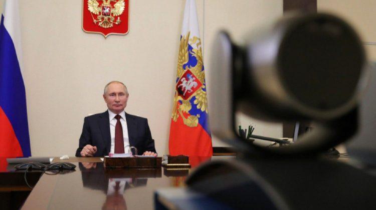 """Vladimir Putin spune că nu vrea să o facă """"pe maimuța"""" și să se vaccineze public împotriva COVID"""