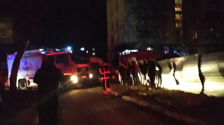 Deflagrație într-un bloc de locuit de la Botanica. O femeie și doi copii, internați în spital (FOTO/VIDEO)