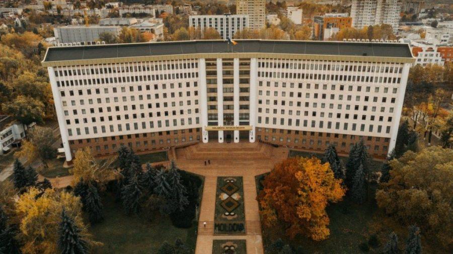 După o pauză de trei săptămâni, deputații își dau mâine întâlnire în plenul Parlamentului