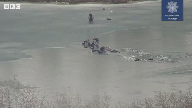 (VIDEO) La limita dintre viață și moarte! Patru bărbați au rămas vii ca prin minune după ce s-au prăvălit sub gheață
