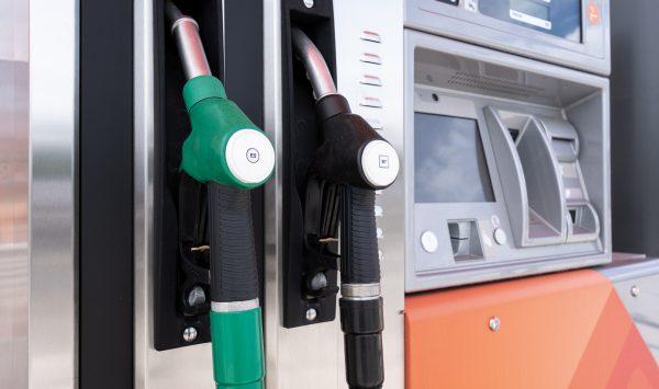 În ultimii trei ani prețul benzinei în Moldova, de fapt, S-A MICȘORAT. De ce astăzi costă 20 de lei litrul