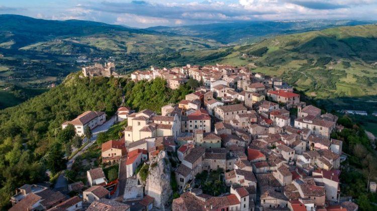 Cine pierde în afacerea caselor vândute cu 1 euro în Italia. Nu este totul atât de roz (FOTO)