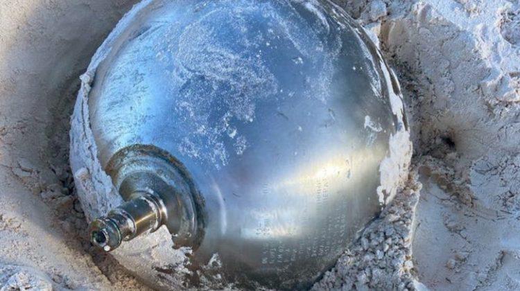 """(FOTO) O sferă metalică """"misterioasă"""", cu inscripții în limba rusă, descoperită pe o plajă din Bahamas"""