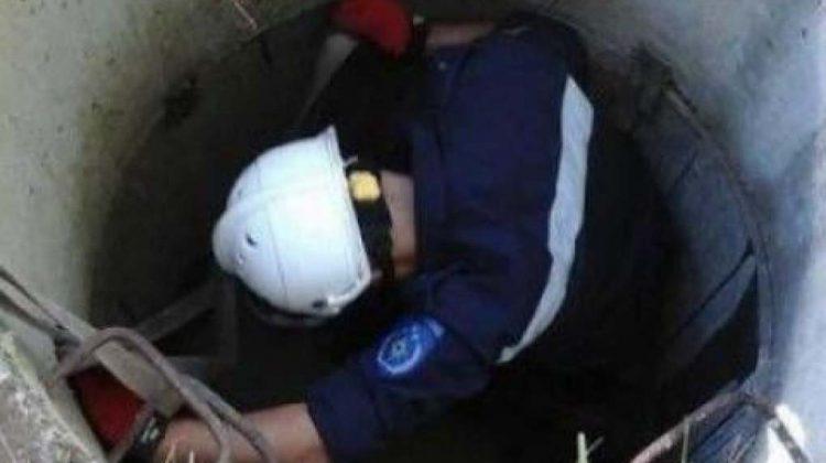 (FOTO) Se întâmplă-n Chișinău! Ziua amiaza-mare, un bărbat a căzut într-o gură de canalizare de trei metri