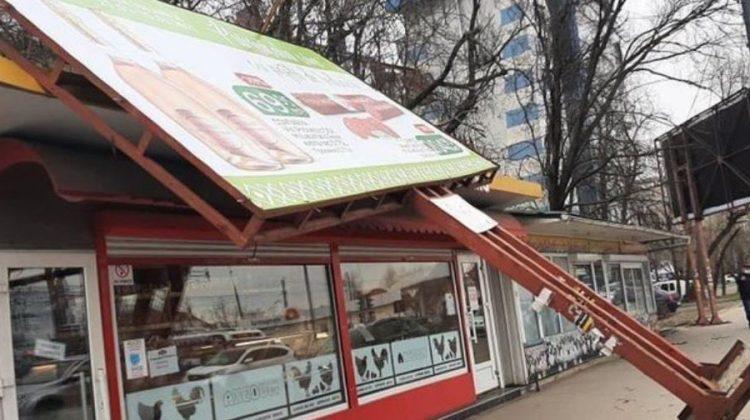(FOTO) Un panou publicitar și mai mulți copaci din Capitală, doborâți de vântul puternic