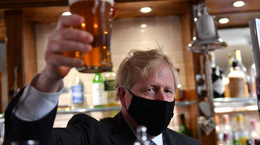 """Cum a sărbătorit Boris Johnson relaxarea restricțiilor: """"Ridic o halbă de bere precaut"""""""