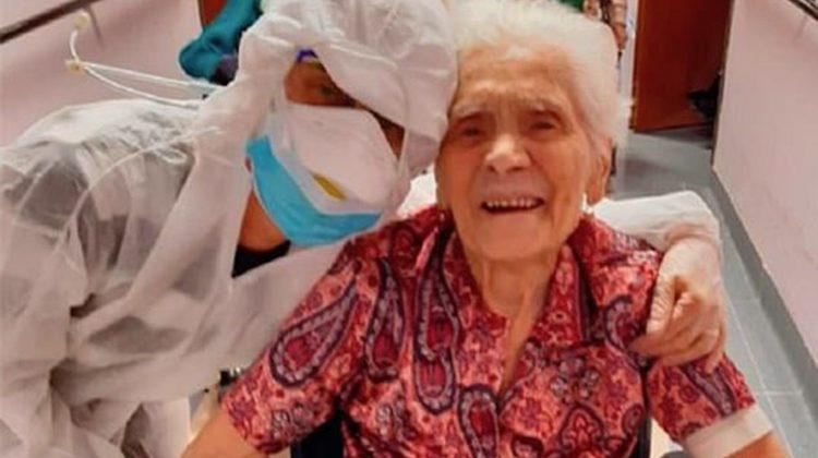 O femeie de 104 ani a învins COVID de două ori. A fost însoțită cu aplauze la ieșirea din clinică
