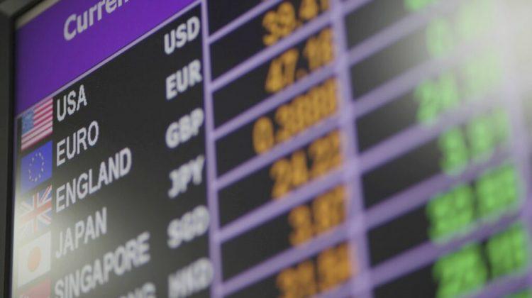 Valoarea euro, în scădere cu șase bani. Curs valutar pentru 28 aprilie