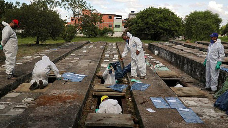 (VIDEO/FOTO) Orașul care a exhumat peste o mie de cadavre pentru a face loc victimelor COVID