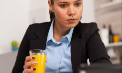 Atenție, consumatori! Un producător de sucuri vinde în supermarketuri loturi întregi cu termen expirat