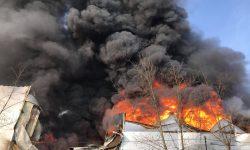 Incendiu de proporții pe Calea Basarabiei! Arde un depozit cu vopsea