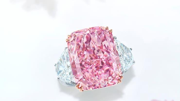FOTO: Diamantul roz-violet, înregistrat ca fiind cel mai mare licitat vreodată, s-a vândut cu peste 29 de milioane $