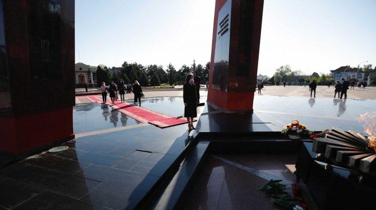 """Maia Sandu a depus flori la Complexul Memorial """"Eternitate"""" : Mi-am exprimat respectul pentru cei care au luptat"""
