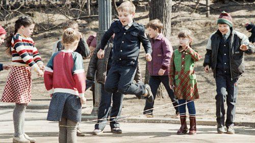 Întoarcere în copilărie: Cum arătau terenurile de joacă pe vremea URSS (FOTO)