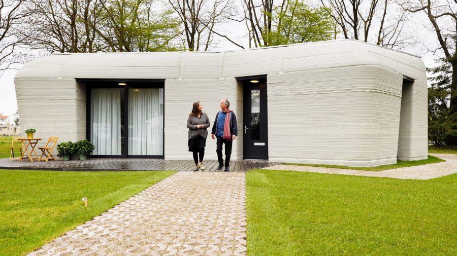 FOTOGRAFII: Cum trăiește cuplul care s-a mutat recent într-o casă din beton, printată prin 3D