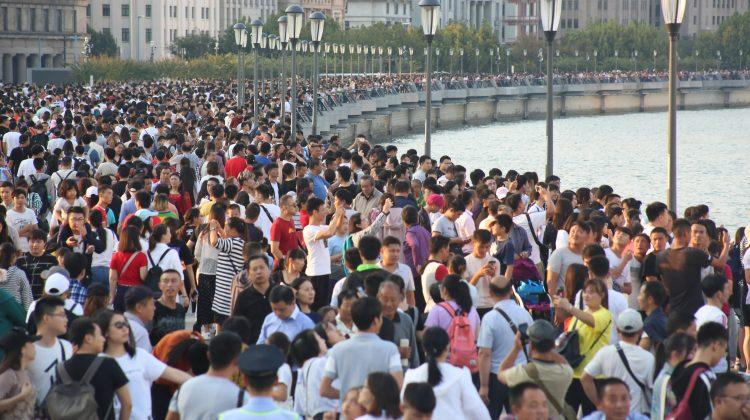 """Cea mai populată țară din lume a devenit și mai """"aglomerată"""". China planifică să crească vârsta de pensionare"""