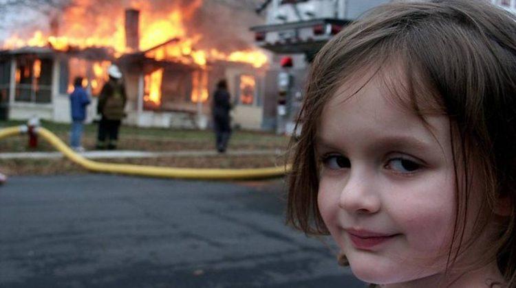 """Au fost vândute drepturile pentru celebrul meme """"Disaster Girl"""". A obținut aproape jumătate de milion de dolari"""