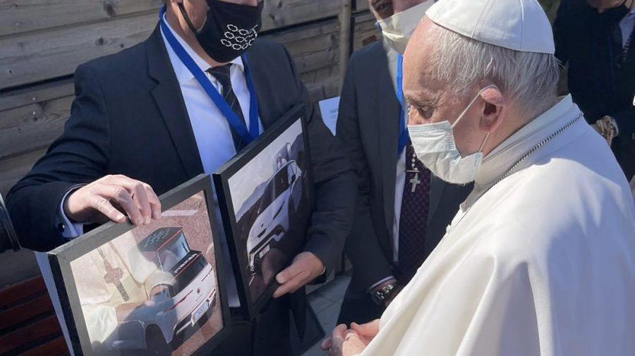 """Papa Francisc va primi primul """"papamobil"""" electric. Cât ar costa vehicolul"""
