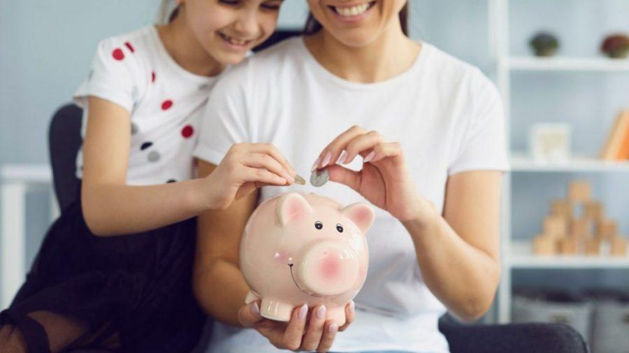 Util pentru părinți! 5 jocuri simple pentru a oferi copiilor o educație financiară excelentă acasă