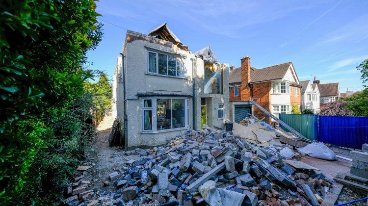 (FOTO) Casă de 600.000 de euro – demolată de un constructor. Motivul: proprietarul a refuzat să plătească o factură