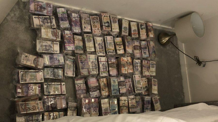 Lăcomia l-a dat de gol? Poliția i-a luat 5 mln de lire, după ce l-au zărit clătinându-se de grele ce erau (FOTO)