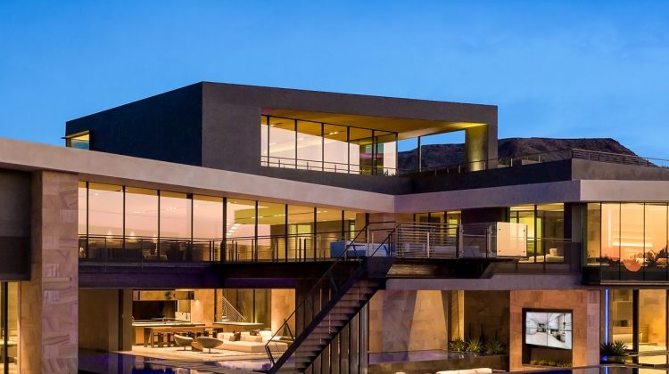(FOTO) WOW! Casa de 28 de milioane de dolari din Las Vegas. Design futuristic, garaj cu 11 locuri și sistem smart-home