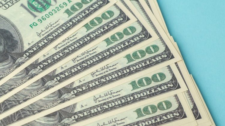 Un bărbat a găsit 100.000 de dolari într-un bibelou aruncat pe trotuar: cum a reacționat