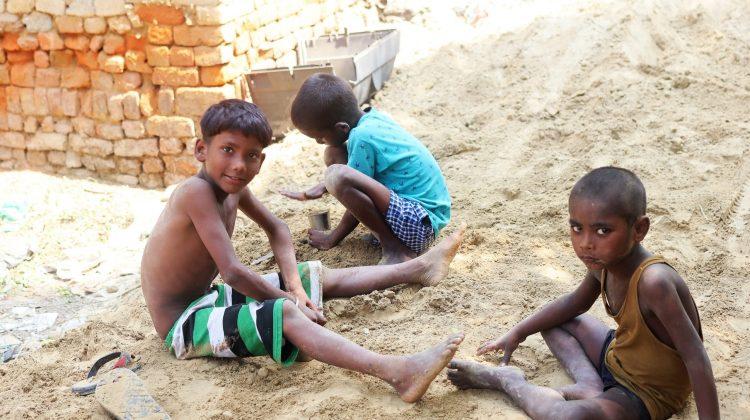 """Drama din India: Covid-19 a lăsat orfani mii de copii, iar acum sunt traficați. """"7.000 de dolari pentru unul"""""""