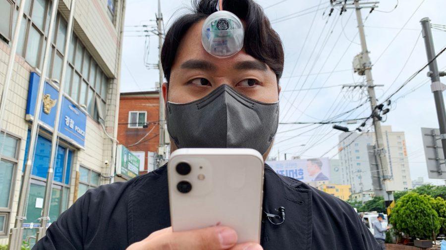 """""""Al treilea ochi""""! Invenția care va ajuta """"zombii smartphone-urilor"""" să nu se lovească de lucruri"""