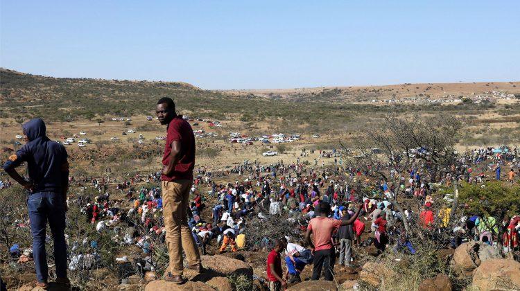 (VIDEO) Vânătorii de diamante au invadat un sat african. Descoperirea uimitoare a unui bărbat
