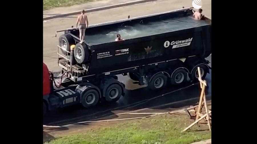 Doar în Rusia poți vedea așa ceva: Piscina din camion, care ar putea circula liber pe traseele naționale (VIDEO)