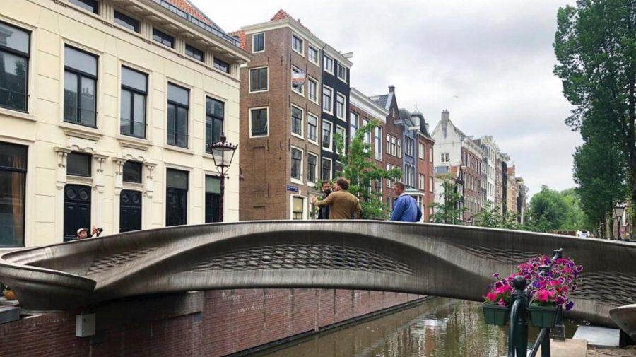 (VIDEO) A fost inaugurat primul pod din lume imprimat 3D. Transmite date despre starea lui și impactul pietonilor