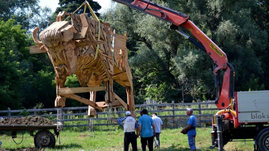 """(FOTO) O nou atracție pentru vizitatorii Pădurea Domnească! A fost instalat un zimbru imens """"asemeni Calului Troian"""""""