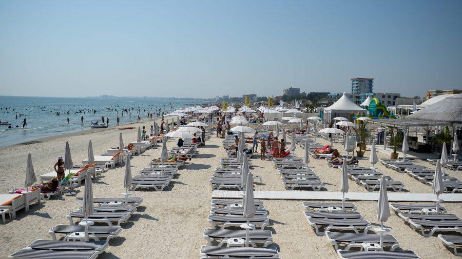Șezlonguri mai aproape de apă pe plaja lărgită din Mamaia: administratorii ar putea fi amendați