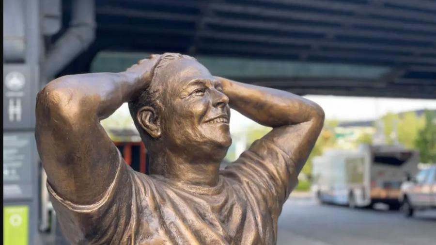 Elon Musk are acum o statuie de bronz în centrul Manhattan: reacțiile internauților la inaugurarea ei