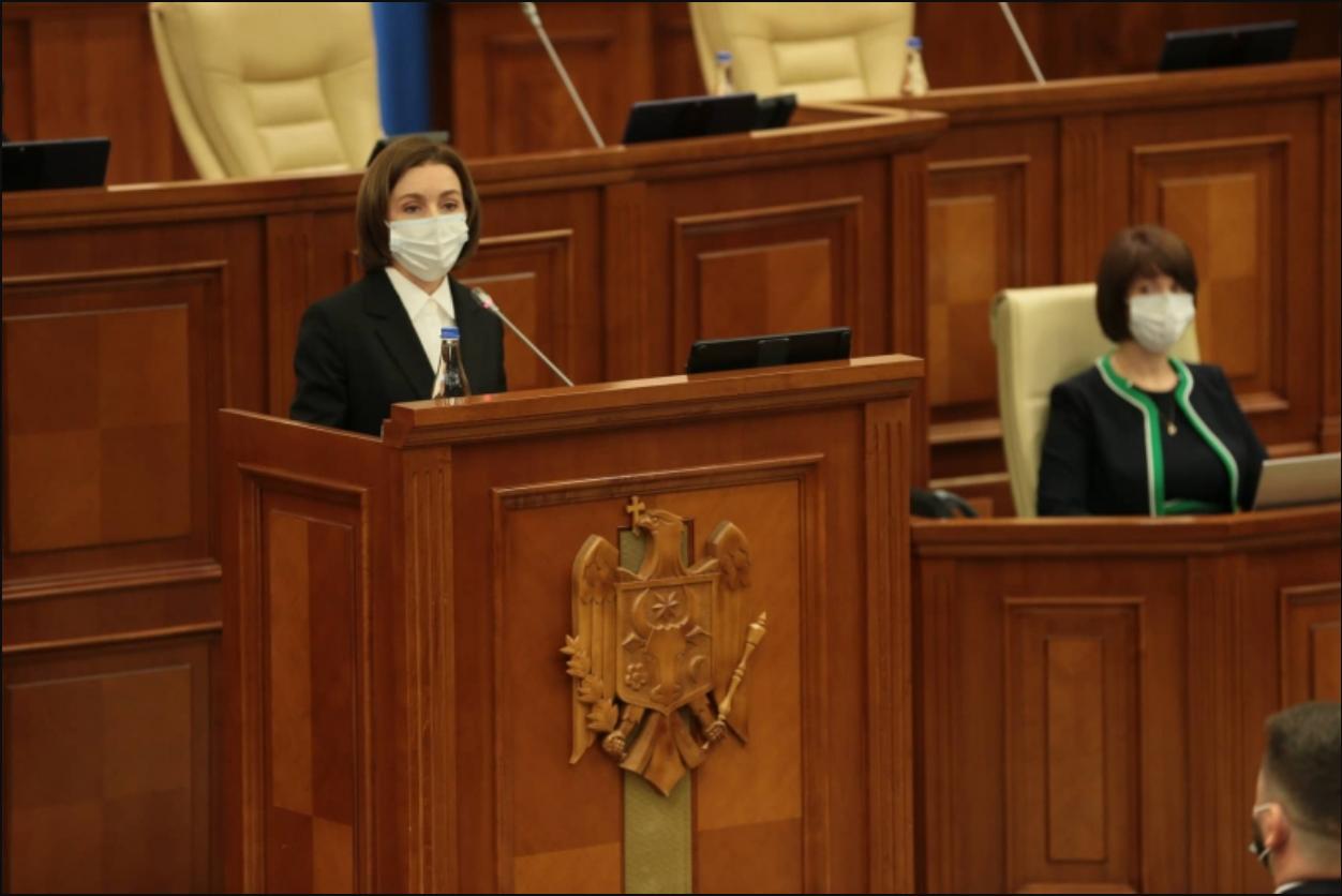 Депутаты ПСРМ и ПКРМ не встали с кресел, когда в зал заседаний вошла Санду