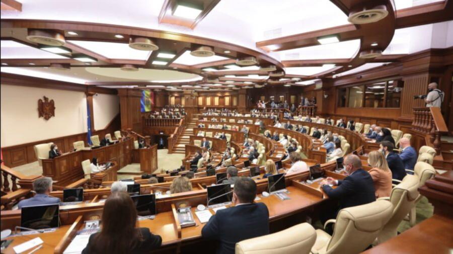 Cine sunt cei zece deputați care au lipsit de la ședința de azi. Fracțiunea care are cei mai mulți absenți