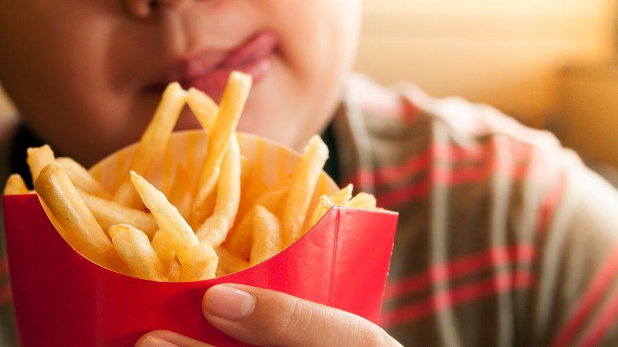 Mănânci fast-food oricând ai ocazia? Modul în care alimentele ultra-procesate îți pot afecta creierul