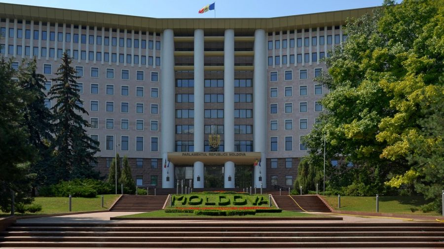 Parlamentul dă în chirie parcarea agenților economici din zonă. Propunerea lui Ceban rămâne nerealizată