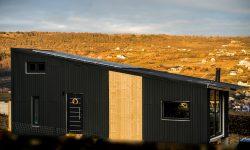 Cu 23.000 euro și-au construit singuri o casă pe roți. Au redus facturile cu 95%