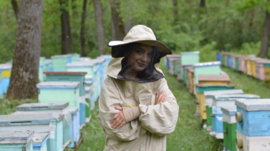 """Iuliana Popa, antreprenoarea care lansează un proiect inedit în Moldova: """"Adoptă"""" o familie de albine"""