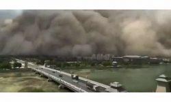 (VIDEO) Momentul în care o furtună de nisip înghite un oraș din China. Imagini apocaliptice
