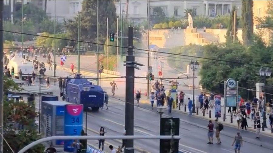 (VIDEO) Mii de oameni în stradă, în Grecia, împotriva vaccinării obligatorii. Au fost dispersați cu gaze lacrimogene