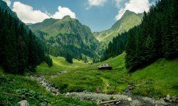 4 trasee montane turistice din România și cazări din zonele adiacente unde să-ți petreci toată vara