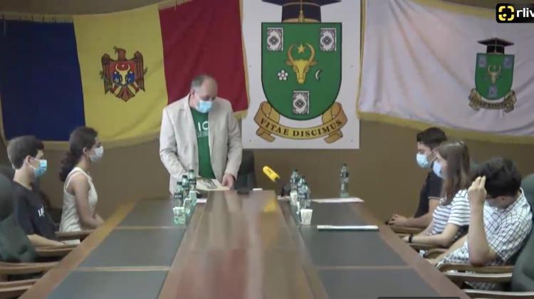 """Au ridicat premiile de mii de lei! Ei sunt învingătorii Quiz-ului """"Testează-ți cunoștințele IT și hai la USM"""" (VIDEO)"""