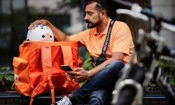 Din guvern la muncitor simplu. Un ministru afgan a devenit curier care livrează mâncare cu bicicleta în Germania