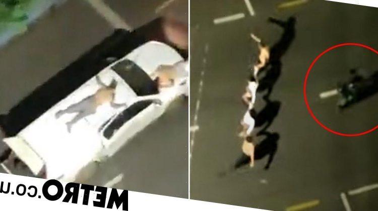 (VIDEO) Jaf de amploare! Trei bănci au fost atacate simultan de oameni înarmați, localnicii strângeau banii de pe jos