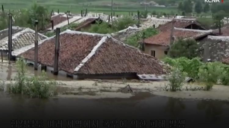 (VIDEO) Inundații fără precedent în Coreea de Nord. Case inundate până la pod și terenuri agricole distruse